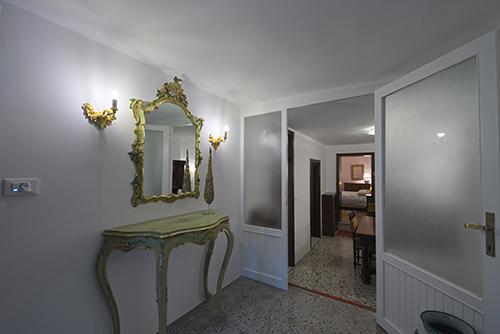 Residenza MaryAnn - Entrata con specchio e console